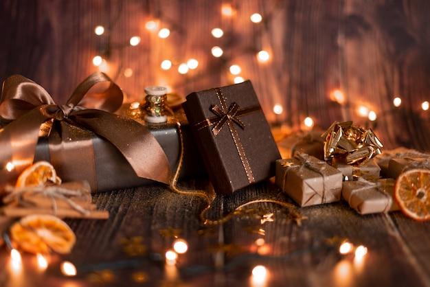 Kerstvakantie decoratie, kerst tafel met versierde kerstboom en slingers. mooie lege kerst kamer.