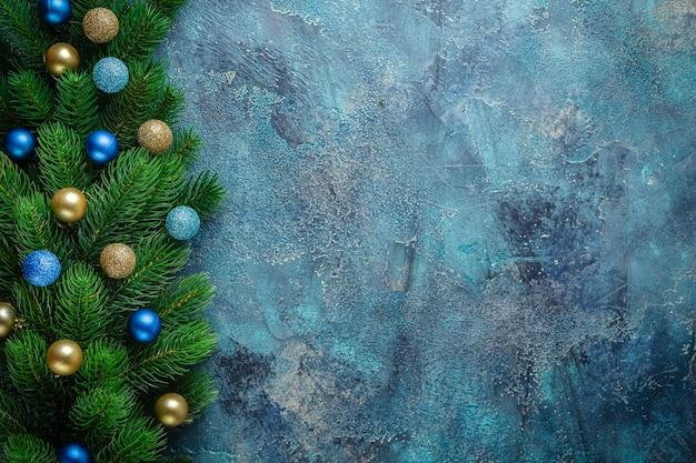 Kerstvakantie frame met feestelijke decoraties blauwe en gouden kerstballen op oud blauw. kerstmis met exemplaarruimte