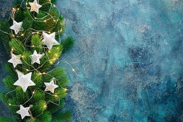 Kerstvakantie frame met feestelijke decoraties - witte metalen harten en oude pjcket-wathes op oud blauw. kerstmis met exemplaarruimte