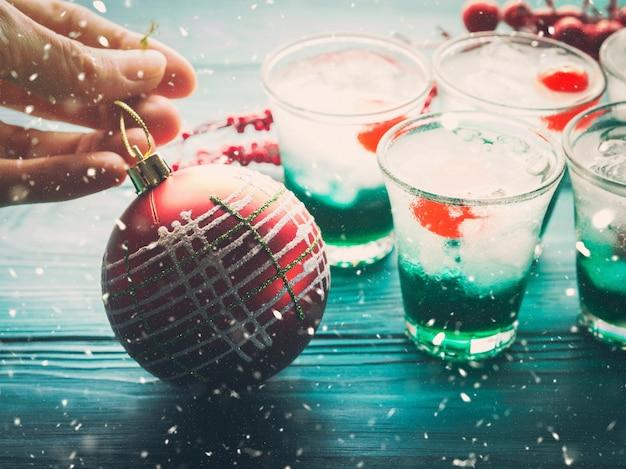 Kerstvakantie groene drankjes en rode bauble