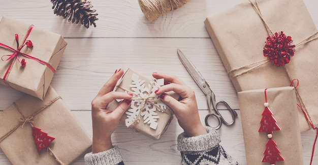 Kerstvakantie handgemaakt cadeau verpakken in ambachtelijk papier met touw