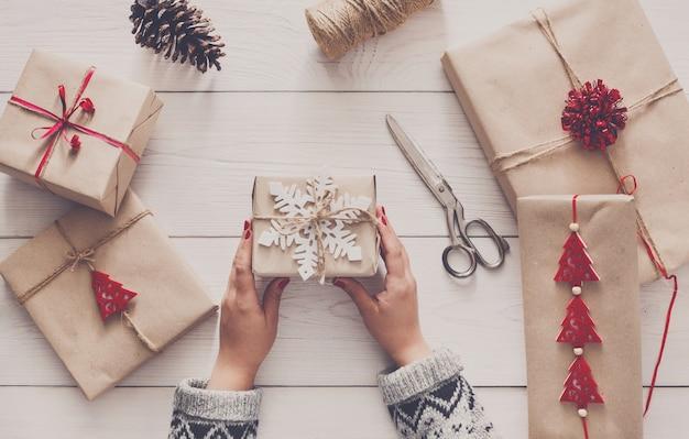Kerstvakantie handgemaakte cadeau verpakken in ambachtelijk papier met touw touw, bovenaanzicht