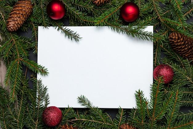 Kerstvakantie mock up met dennentakken met kerstversiering