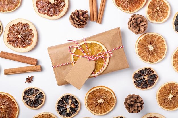 Kerstvakantie nul afvalpapier geschenkverpakking met plakjes gedroogd fruit, kaneel en anijs