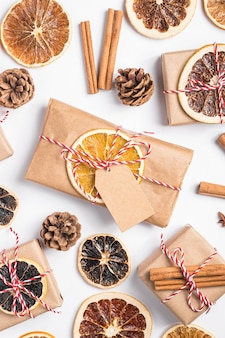 Kerstvakantie nul papierafval cadeau en doosverpakking met plakjes gedroogd fruit, kaneel en anijs