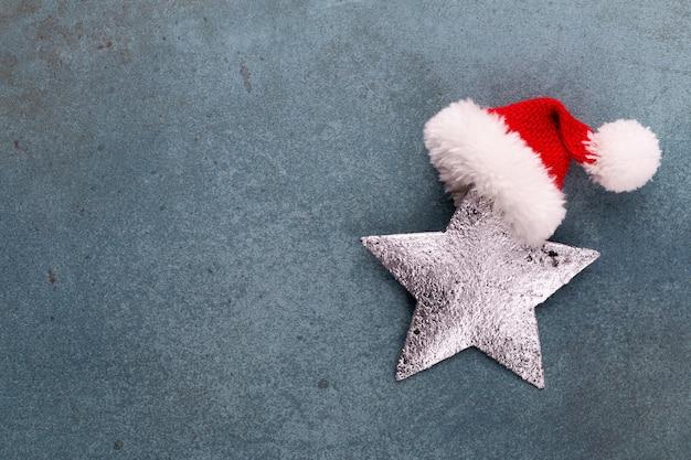 Kerstvakantie samenstelling op houten achtergrond. kerstboomdecoratie en kopieer ruimte voor uw tekst.