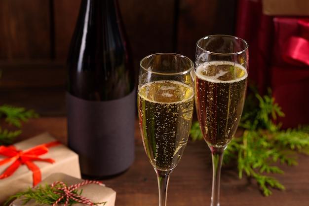 Kerstvakantie tafel met glazen en een fles wijn