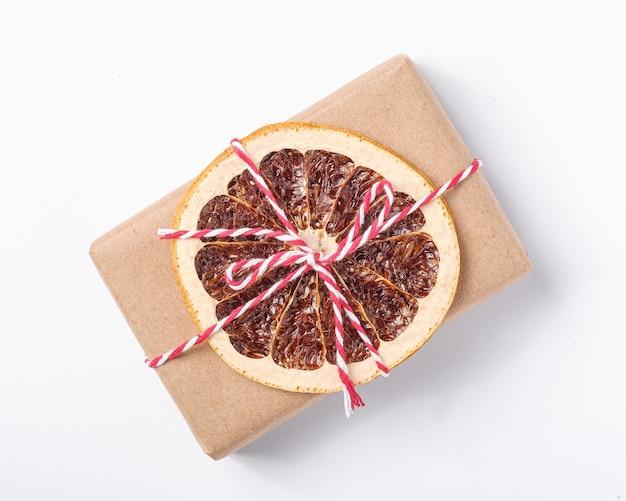 Kerstvakantie zonder afvalpapier in geschenkverpakking met gedroogd fruit
