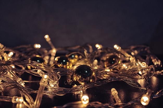Kerstverlichting achtergrond. kerstmis gloeiende slinger