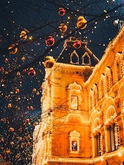 Kerstverlichting en decoraties van kerstmis en nieuwjaar in moskou, rusland. rood vierkant