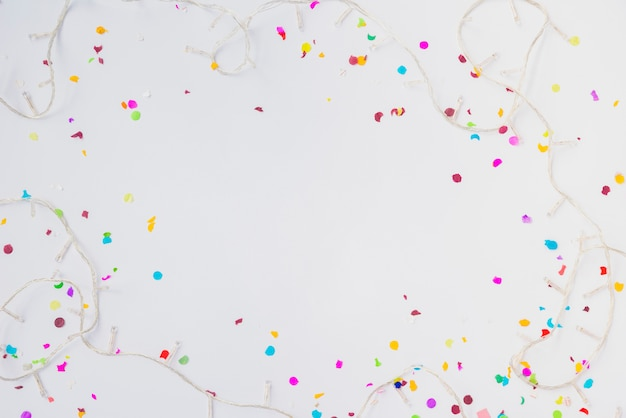 Kerstverlichting en kleurrijke confetti