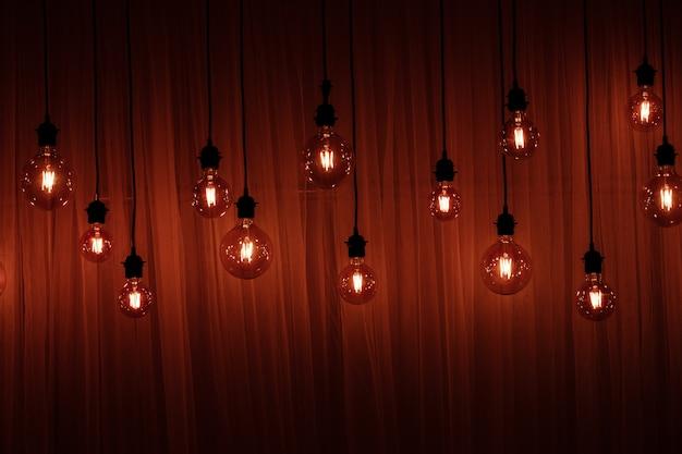 Kerstverlichting geïsoleerd. slingers van lampen op hout
