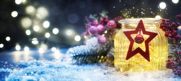 Kerstverlichting in de pot, kerstmis en nieuwjaar vakantie achtergrond, winterseizoen.