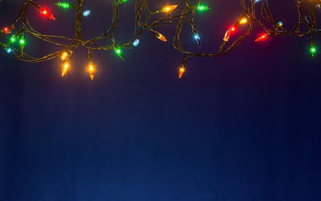 Kerstverlichting op blauwe achtergrond met copyspace