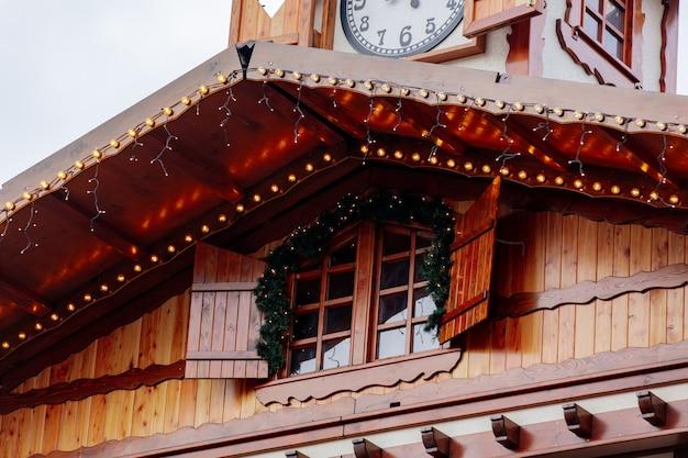 Kerstverlichting op dak in wroclaw, polen