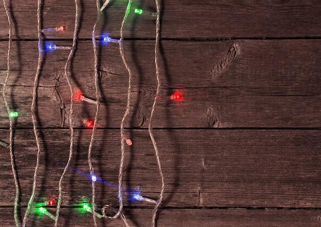 Kerstverlichting op een houten achtergrond met kopie ruimte