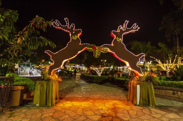Kerstverlichting op het stadsplein van copan ruinas in honduras