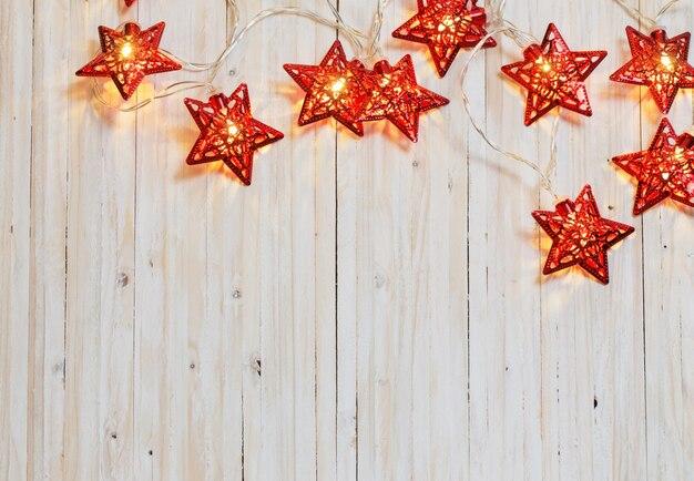 Kerstverlichting op houten achtergrond