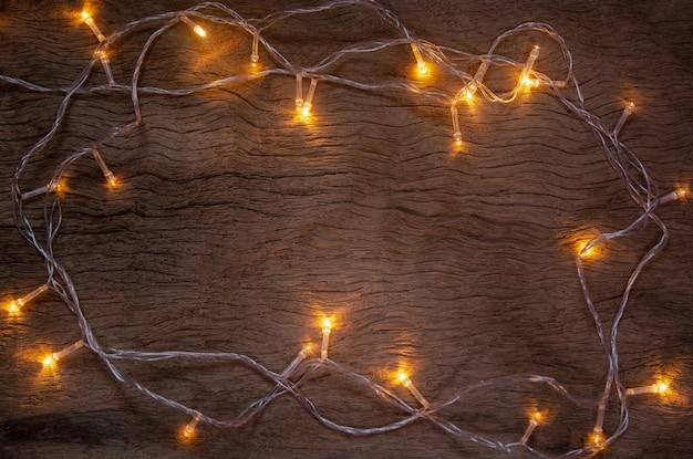 Kerstverlichting op houten plank achtergrond vrolijk kerstfeest en nieuwjaar