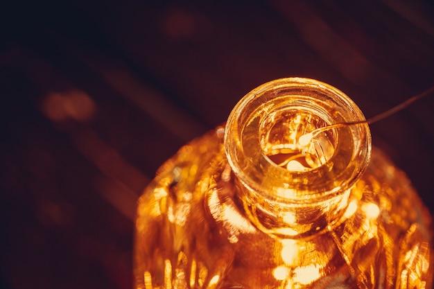 Kerstverlichting slinger in fles in het donker close-up