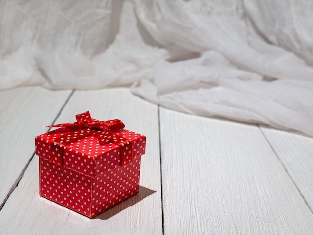 Kerstversiering doos cadeau nieuwe jaar geschenken op een witte houten achtergrond kerst achtergrond
