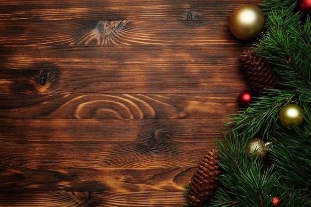 Kerstversiering en boomtakken