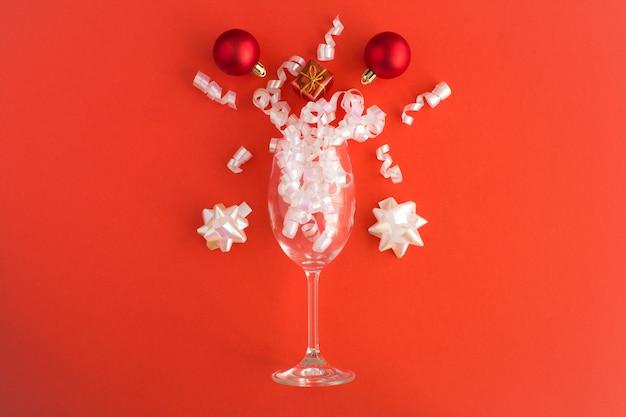 Kerstversiering en champagneglas