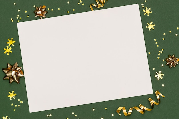 Kerstversiering en confetti met papier