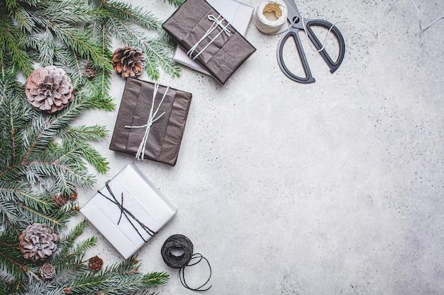 Kerstversiering en geschenken op tafel