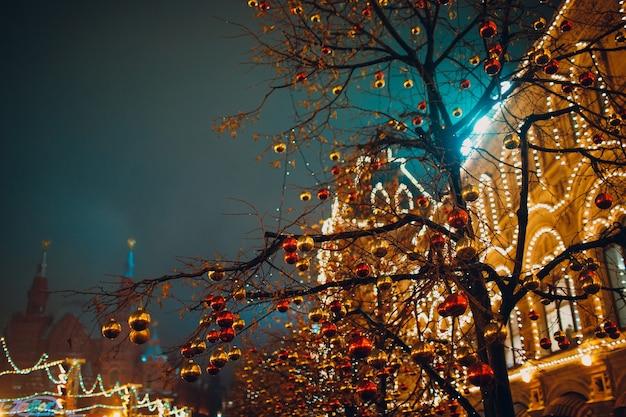 Kerstversiering en kermis op het rode plein, moskou, rusland