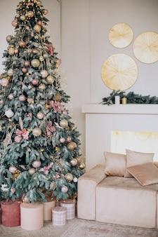 Kerstversiering en kerstboom in de kamer