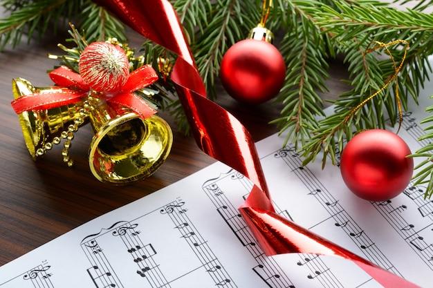 Kerstversiering en spartak liggend op notities blad