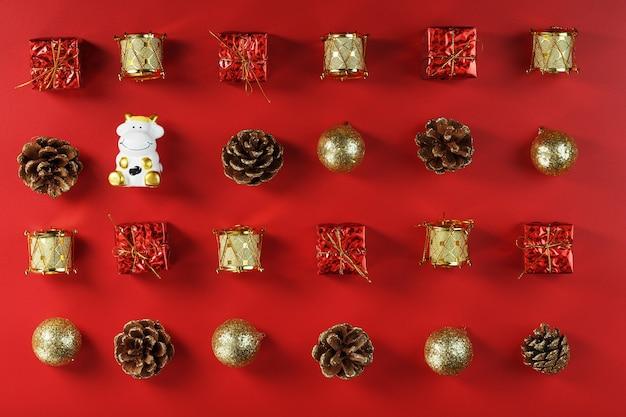 Kerstversiering en speelgoed met een koe op een rode achtergrond