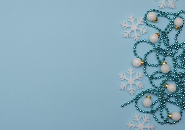 Kerstversiering en witte sneeuwvlokken