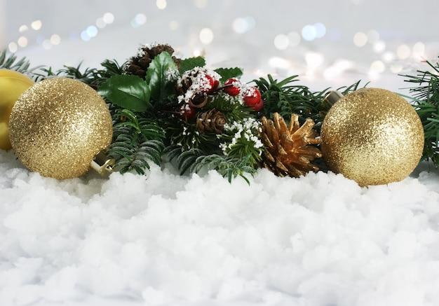 Kerstversiering genesteld in de sneeuw
