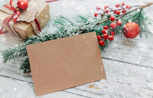 Kerstversiering geschenken met een ambachtelijke kaart met kopie ruimte op een houten achtergrond
