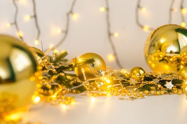Kerstversiering gouden plek voor tekstsjabloon
