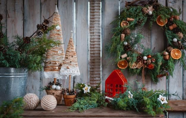 Kerstversiering handgemaakte kaarsen. handgemaakte kerstbomen van textiel voor een feestelijke tafel met je eigen handen.