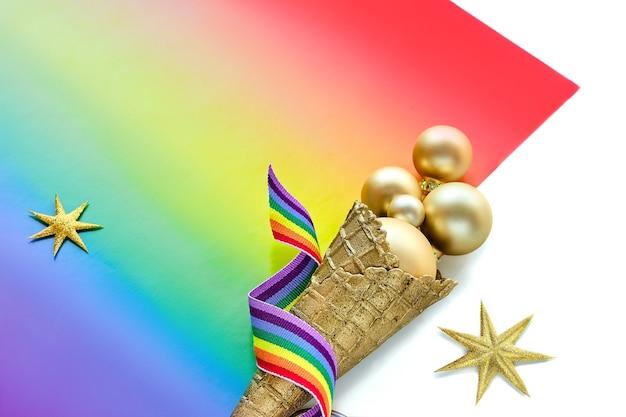 Kerstversiering in de kleuren van de regenboogvlag van de lgbtq-gemeenschap, boordmotief voor panoramische groetbanner