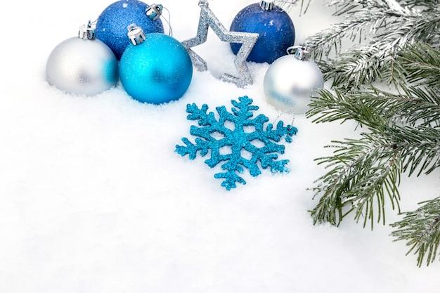 Kerstversiering in de sneeuw.