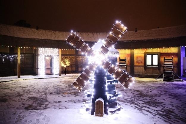 Kerstversiering in de vorm van een molen op een stadsstraat. vakantie concept