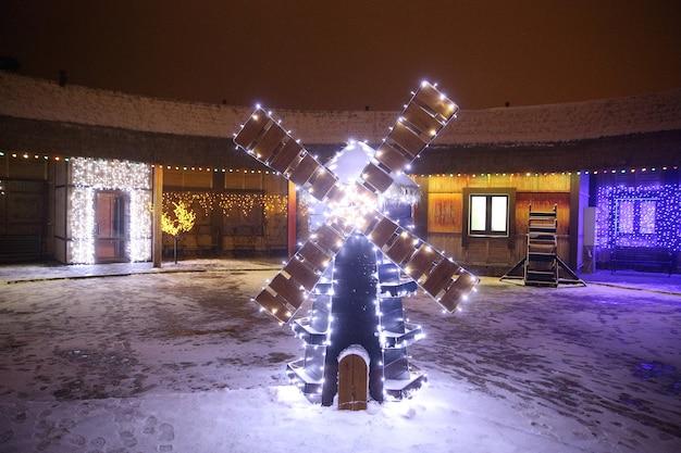 Kerstversiering in de vorm van een molen op een stadsstraat