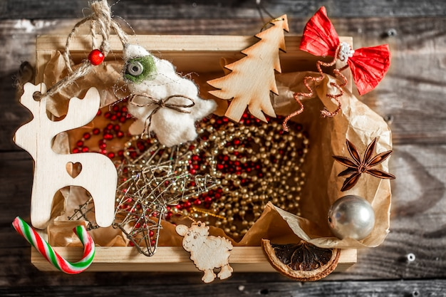 Kerstversiering in een houten kist