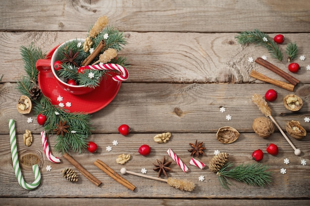 Kerstversiering in rode kop op oude houten