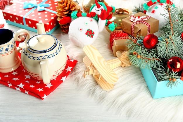 Kerstversiering, kegels, geschenkdozen op witte houten tafel