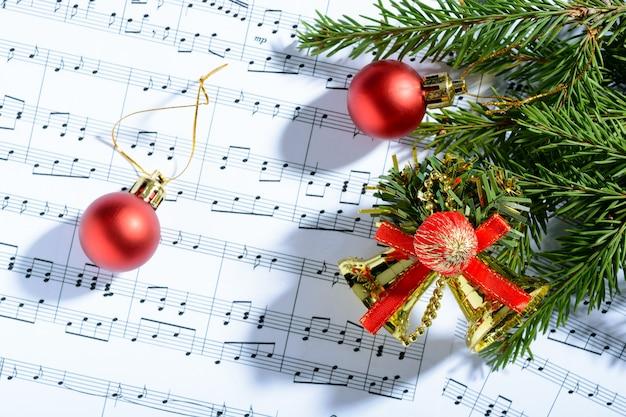 Kerstversiering liggend op notities blad
