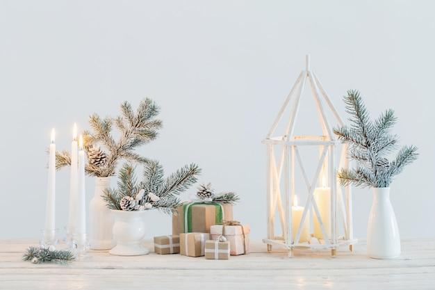 Kerstversiering met brandende kaarsen
