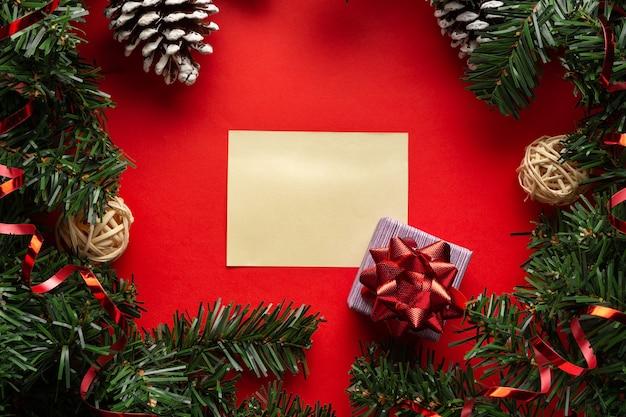 Kerstversiering met een geschenkdoos en lege ruimte voor felicitaties of uitnodiging tweede kerstdag