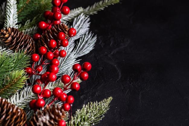 Kerstversiering met fir branch en rode bessen