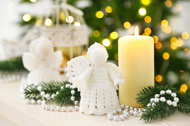 Kerstversiering met kaarsen op dennenboom